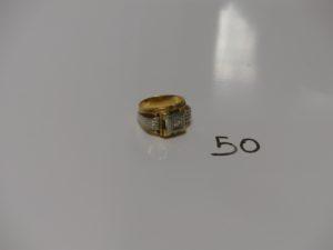 1 chevalière bicolore en or ornée d'une petite pierre (td57). PB 17,9g
