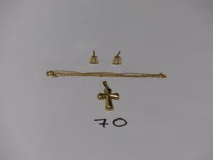 1 paire de boucles bicolore, 1 chaîne maille forçat (L38cm) et 1 croix (H2cm). Le tout en or. PB 4,5g