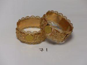 2 bracelets esclaves à motifs filigranés, serti-griffes 4 pièces de 20frs chacun (diamètre 7,5cm). PB 121,1g