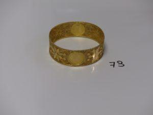 1 bracelet rigide, large à décor floral et 4 motifs ouvragés (diamètre 6,5cm). PB 37,2g