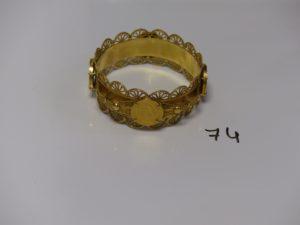 1 bracelet en or à motifs filigranés serti-griffes 4 pièces de 4 florins (diamètre 6,5cm). PB 61g