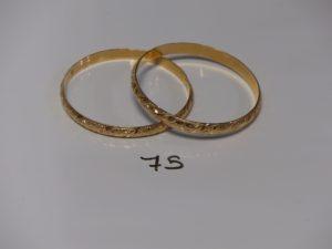 2 bracelets rigides ouvragés en or (diamètres 7cm). PB 25,2g