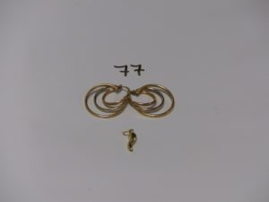 1 paire de créoles à 3 rangs 3 ors et 1 petit pendentif piment en or. PB 2,6g