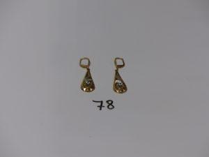 1 paire de pendants bicolore en or et à décor floral orné d'une pierre. PB 3,3g