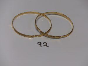 2 bracelets rigides ouvragés en or (diamètre 6,8cm). PB 27g