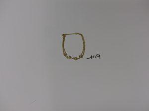 1 bracelet doigt en or décor floral orné de petites pierres blanches. PB 4,5g