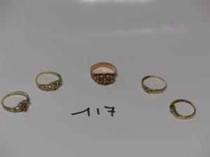 5 bagues en or : 1 ornée de 2 petites perles chaton central vide (Td52) 1 à décor floral (Td53) 1 ornée d'un petit diamant (Td51) 1 ornée d'une petite pierre bleue (Td49) 1 ornée d'une petite pierre blanche (Td51). PB 7,8g