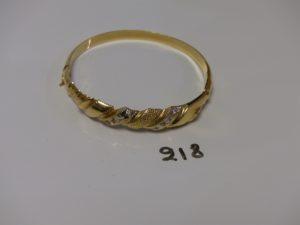 1 bracelet rigide, ouvrant en or motif central ciselé et orné de petites pierres (diamètre 6/6,5cm). PB 16,7g