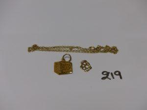1 chaîne fine cassée, 1 petit pendentif ajourée et 1 petit pendentif à décor de la Mecque en 22K. le tout en or PB 2g