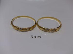 2 Bracelets rigides ouvrants en or, motif central ciselé et orné de petites pier(1 chaton vide, diamètre 5,5/6,5cm). PB 32,6g