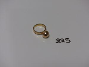 1 bague en or rehaussée d'une boule cabossée (petite soudure en bas titre et monture abimée). PB 5,8g