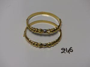 2 bracelets rigides ouvrants motif central ciselé (diamètre 5cm). PB 19,6g