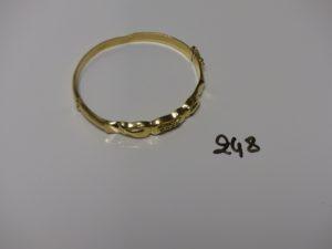 1 bracelet rigide ouvrant en or, motif central orné de 4 petites pierres (un peu cabossé, diamètre 5/5,5cm). PB 9,5g