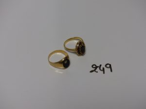 1 chevalière en or, ornée d'un onyx et d'un petit diamant (td54), 1 bague en or ornée de pierres couleur grenat (td54, 5 chatons vides). PB 7,7g
