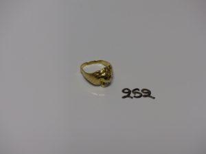 1 chevalière en or à décor d'une tête de lion ornée de petite pierres (monture à redresser, td56). PB 5,6g