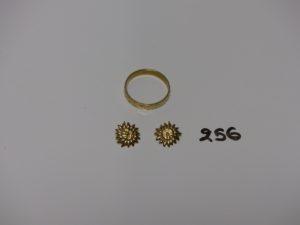 1 alliance bicolore en or (intérieur gravé, td61) et 1 paire de boucles en or (cassées et manque sytème). PB 4,1g
