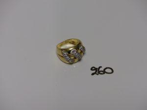1 bague bicolore en or orné de 3 motifs sertis de petites pierres (td56). PB 10,5g