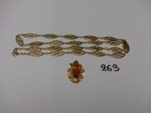 1 pendentif à décor floral orné d'une pierre ambrée et 1 collir à motifs filigranés (L60cm). Le tout en or PB 20,6g