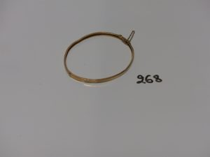 1 bracelet semi-rigide en or (cabossé, diamètre 5/6cm). PB 4,6g