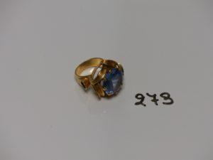 1 bague en or à décor floral sertie d'une grosse pierre bleue (td52). PB 15,5g