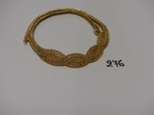 1 collier ras de cou en or motif central tressé (41cm). PB 26,3g
