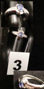 1 Bague jonc en or gris, le plateau serti d'une tanzanite entre 2 lignes de 3 diamants (TD 54). PB 5,7g