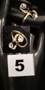 1 Bague Toi et Moi en or jaune, sertie de 2 diamants et d'1 saphir central (T D 60) 3,7g