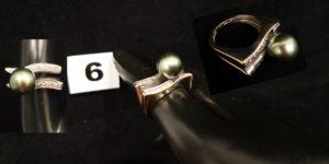 1 Bague en or à double anneau la partie supérieure sertie de diamants et d'une perle grise (TD 52). PB 9,7g