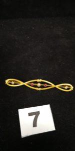 1 Broche en or en ellipse réhaussée de pierres roses et perles . PB 5g