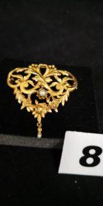 1 Broche en or à motif baroque fleuri orné d'une pampille perle ( debut XXe s). PB 3,5g