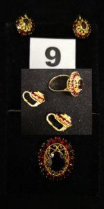 1 Bague sertie de grenats (TD 57) et 2 boucles serties de grenats. Le tout en or. PB 10g