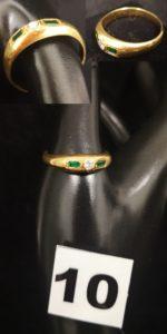 1 Bague en or (TD 68) ornée d'un diamant épaulé par 2 pierres vertes . PB 6,4g