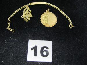1 pendentif main de fatma ajouré, 1 motif rose et 1 bracelet gourmette enfant (L 14cm). Le tout en or. PB 6,2g
