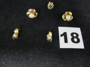 2 Clous d'oreilles ornés d'une perle au centre ( Tiges tordues), 2 clous d'oreilles ornés de petites pierres et 1 clou d'oreille en or sans fermoir orné d'une pierre noire. Le tout en or. PB 3,1g
