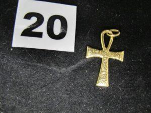 1 Croix égyptienne en or gravée de symboles. PB 1,7g