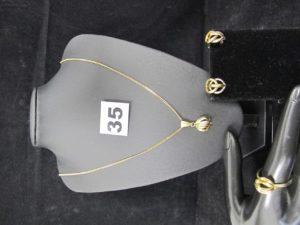 1 Chaine maille gourmette (L51cm), 2 boucles, 1 pendentif et 1 bague à motifs assortis ( TD 60). Le tout en or. PB 9,5g