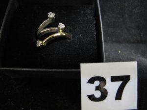 1 Bague en or bicolore réhaussée de 3 diamants aux extremités (TD 50). PB 6,9g