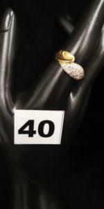 1 Bague en or motif goutte pavée de diamants au centre ( TD 56, tordue). PB 4,7g