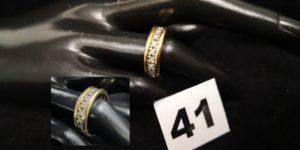 1 Alliance américaine en or blanc ornée de diamants bordés par 2 joncs en or jaune (TD 51). PB 10,5g