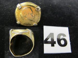 1 Chevalière en or à plateau fait d'une pièce Napoleon III abimée, monture cassée. PB 27,1g