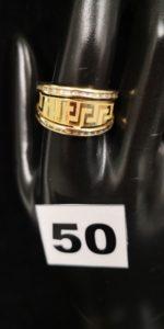 1 Bague en or à motifs grecs entre 2 rangées de pierres tailles baguette (TD 60). PB 3,6g