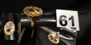 1 Bague en or ornée d'une pierre ovale fumée ( TD 55, L pierre 2cm). PB 6,7g