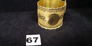 1 Bracelet manchette rigide ouvrant en or décoré de motif grec. PB 42,1g