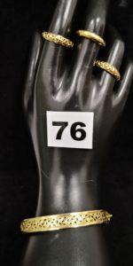 2 Bagues or ajourées de motifs baroques bombés (TD 56, 1 cabossée), 1 bague demi jonc (TD 55) et 1 bracelet rigide ouvrant ajouré de motifs baroques (5x5,5cm). Le tout en or. PB 14,5g