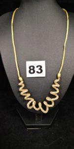 1 Collier en or en maille tricotée avec élément central décoré de cristaux en transparence dans un motif en spirale (L 46cm ). PB 12,7g