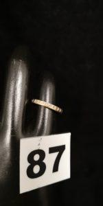1 Alliance en or bicolore ciselée en étoile (TD 46). PB 1,8g