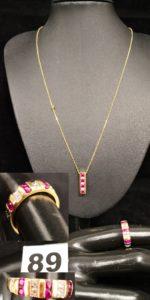 1 Bague décorée en alternance de pierres roses et de petits diamants ( TD 49) , 1 chaine maille forçat ( L 42,5cm) et 1 pendentif en or rectangulaire orné de 4 pierres roses (L 1,7cm). Le tout en or. PB 6,9g