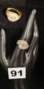 1 Bague en or réhaussée de liseré de petits diamants ( TD 57, légerement fendue ). PB 4,4g
