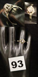 1 Solitaire en or gris à chaton à effet ( TD 54, diamant de travers) . PB 3,6g