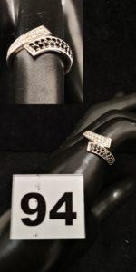 1 Bague en or gris réhaussée de petites pierres blanches et noires (TD 50). PB 2,3g